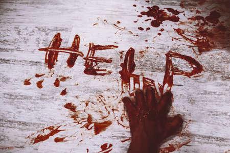 피 묻은 손의 더러운 흰색 바닥에 적혈구로 작성된 도움을 말한다. 살인 희생자가 도움을 요청합니다. 스톡 콘텐츠
