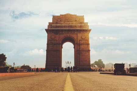Ángulo de visión espectacular del monumento de la Puerta de la India en Nueva Delhi, India. Un monumento a los caídos en la carretera Rajpath