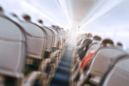 Aerophobie-Konzept. Flugzeug wackelt während Turbulenzen fliegendes Luftloch. Unscharfes Bild kommerzielles Flugzeug, das sich schnell nach unten bewegt. Flugangst. Einbruch, Depression, Untergang, Debakel, Senkung, Reise.