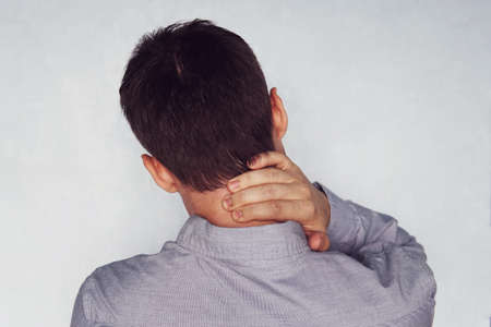 Dolor de cuello del empresario después de trabajar en la oficina durante demasiado tiempo. inestabilidad de las vértebras cervicales. dolor de cuello. condrosis cervical