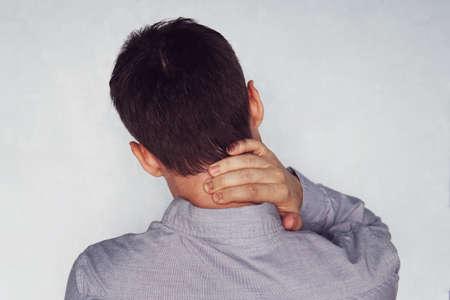 Nekpijn van de zakenman na te lang op kantoor te hebben gewerkt. instabiliteit van cervicale wervels. nek pijn. cervicale chondrose