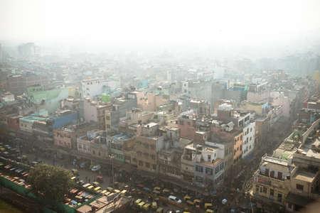 Vista dall'alto della strada della città nel quartiere povero di Nuova Delhi. Inquinamento atmosferico e smog nelle città affollate.