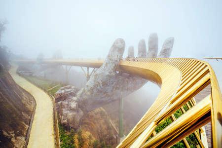 Danang, Vietnam. Bekijk in de mist van de Golden Bridge op Ba Na Hills in Da Nang op regenachtige dag. Stockfoto