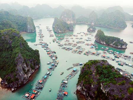 Vue aérienne des villages flottants autour des îles Cat Ba. Cat Ba est la plus grande des 366 îles, qui constituent le bord sud-est de la baie d'Ha Long au Vietnam