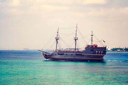 Zypern, AYIA NAPA - 20. Oktober 2018: Touristen schwimmen auf dem Schiff in der Nähe der beliebtesten Attraktion - der Brücke der Liebe.