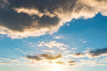 dopo un temporale, raggi di luce, nuvole scure, forti piogge, maltempo. Bella luce solare che passa attraverso una grande nuvola di pioggia nera. Tramonto nel cielo.