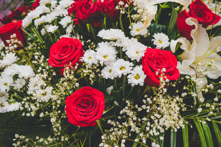 Large Beautiful bouquet of mixed flowers. Floral shop concept . Beautiful fresh cut bouquet. Flowers delivery. red e roses in a bouquet Foto de archivo - 131942444
