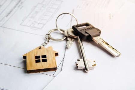 portachiavi a forma di casa. Casa modello, piano di costruzione per la costruzione di una casa, chiavi. Concetto di bene immobile. Vista dall'alto.