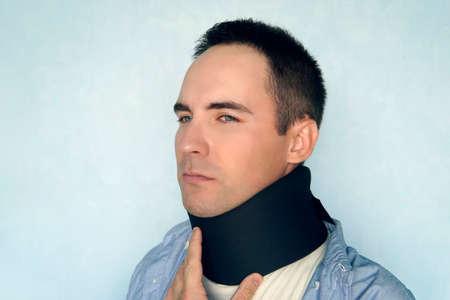 Medizinischer Halskragen. ein kranker Mann mit schwarzem Kragen, um einen Halsbruch zu reparieren. warmer Kragen, wärmt den Hals auf. Standard-Bild