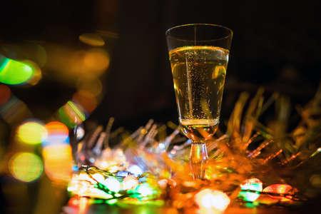 Luces de color eléctricas reflejadas en una copa de vino Foto de archivo