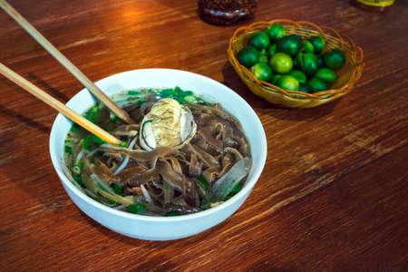 Le balut bouilli en développement d'embryon de canard est une cuisine particulière en Asie. il est très populaire aux Philippines, au Vietnam, au Laos et au Cambodge. Une soupe exotique avec des nouilles Pho sur la table du restaurant Banque d'images