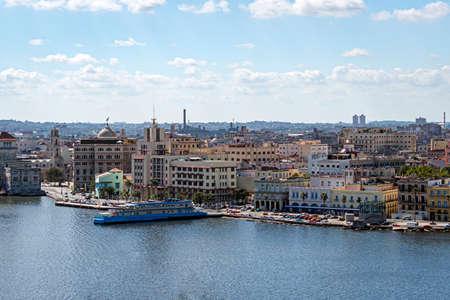 Blick auf Alt-Havanna mit schönen alten Gebäuden entlang der Bucht