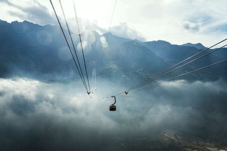 funicular in the clouds in the mountains Fansipan Sapa. the sun sets behind mount Fansipan. 版權商用圖片
