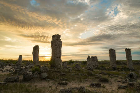 buena postura: Formaciones de roca del fen�meno en Bulgaria cerca de Varna - kamani Pobiti