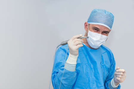 Tandartsen tijdens chirurgie voor implantaatplaatsing - selectieve focus op het implantaat Stockfoto
