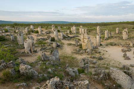 buena postura: Formaciones de roca del fenómeno en Bulgaria cerca de Varna - kamani Pobiti