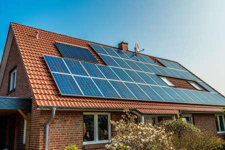 Panneau solaire sur un toit rouge Banque d'images - 47888280