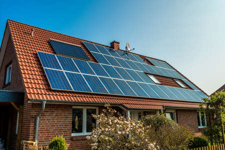 paneles solares: El panel solar en un techo rojo Foto de archivo
