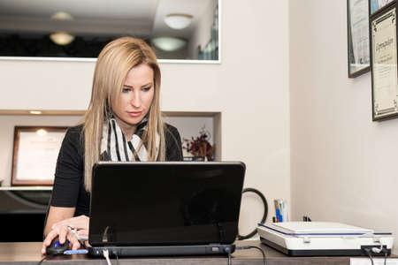 コンピューターで作業する若い女性