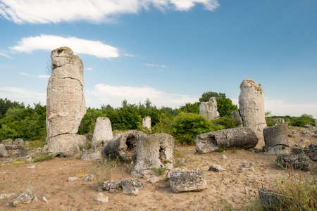 good posture: Formaciones de roca del fen�meno en Bulgaria cerca de Varna - kamani Pobiti