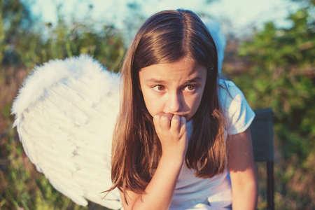 Meisje met engelenvleugels en witte kleding - kopieer de ruimte