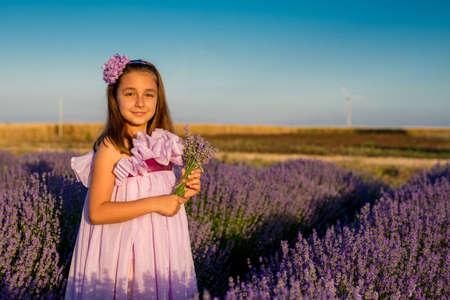 Klein meisje in een gebied van lavendel - selectieve aandacht, kopie ruimte Stockfoto