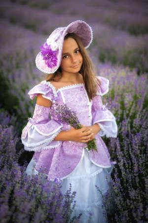 niña vestida como una princesa en un campo de lavanda