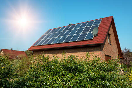 Pannello solare su un tetto rosso