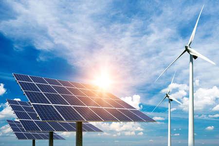Kolaż zdjęć paneli słonecznych i turbin wiatrowych - koncepcja zrównoważonych zasobów