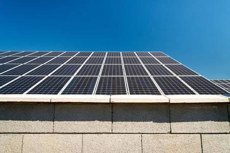 Pannello solare, fotovoltaico, energia elettrica fonte alternativa - messa a fuoco selettiva, copia spazio