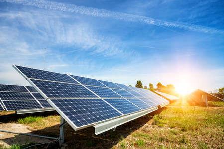 Zonnepaneel, fotovoltaïsche, alternatieve elektriciteitsbron - concept van duurzame bronnen Stockfoto
