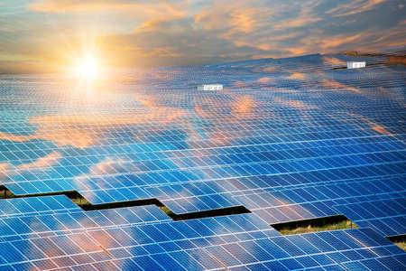 Panneaux solaires, photovoltaïque - source d'électricité alternative - mise au point sélective, espace de copie Banque d'images