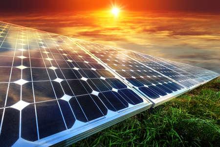 Zonnepanelen, fotovoltaïsche zonne-energie - alternatieve elektriciteitsbron - selectieve aandacht, kopie ruimte