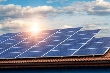 Panel solar sobre techo rojo Foto de archivo