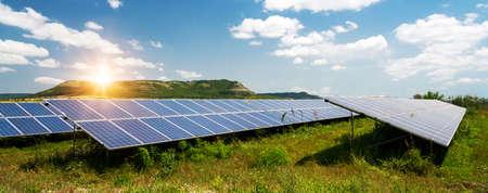 Sonnenkollektoren, Photovoltaik - alternative Stromquelle - selektiver Fokus, Kopienraum