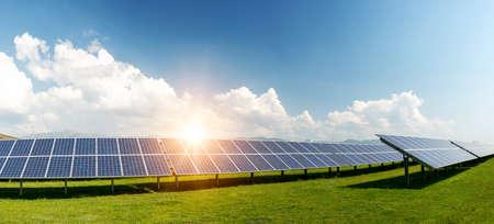 Pannello solare, fotovoltaico, fonte di energia elettrica alternativa - concetto di risorse sostenibili Archivio Fotografico