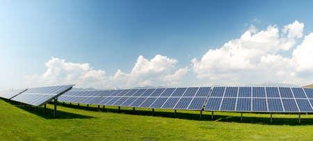 Vista panorámica de paneles solares, energía fotovoltaica, fuente de electricidad alternativa - concepto de recursos sostenibles Foto de archivo