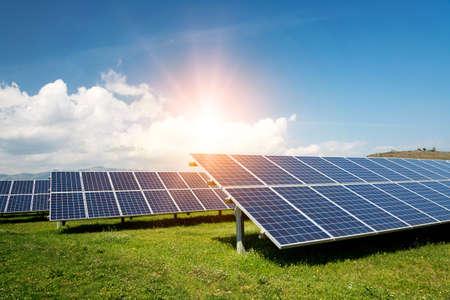 Panele słoneczne, fotowoltaika, alternatywne źródło energii elektrycznej - koncepcja zrównoważonych zasobów
