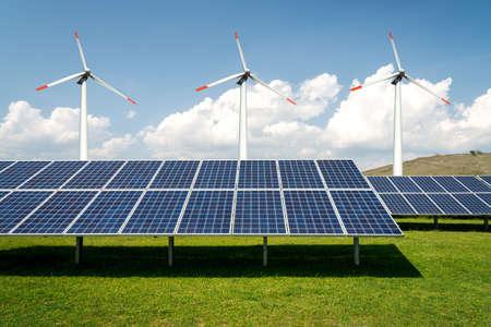 Collage di foto di pannelli solari e turbine eoliche - concetto di risorse sostenibili - Immagine