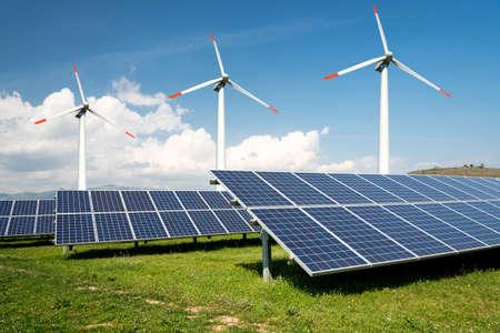 Collage di foto di pannelli solari e turbine eoliche - concetto di risorse sostenibili - Immagine Archivio Fotografico