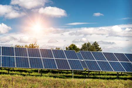 Panel solar, fotovoltaica, fuente de electricidad alternativa - concepto de recursos sostenibles