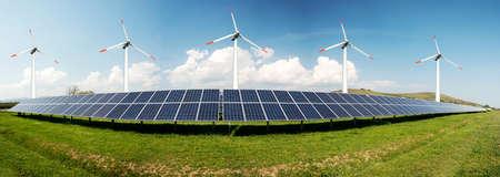 Fotocollage van zonnepanelen en windturbines - concept van duurzame hulpbronnen - Image