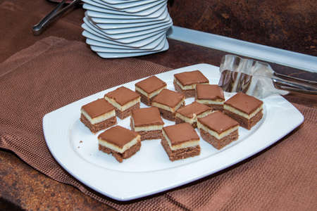 chocolate pastries in a white plate over a dark surface 版權商用圖片