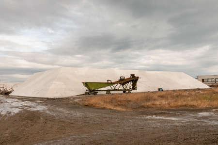 evaporarse: Los montones de sal. La extracci�n y el transporte de la sal cruda. Foto de archivo