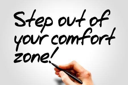 crecimiento personal: Escritura de la mano paso fuera de su zona de confort !, concepto de negocio Foto de archivo
