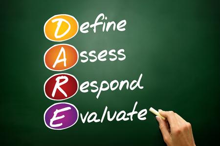osare: Definire Valutare Rispondere Evaluate (DARE), il concetto di business acronimo sulla lavagna Archivio Fotografico