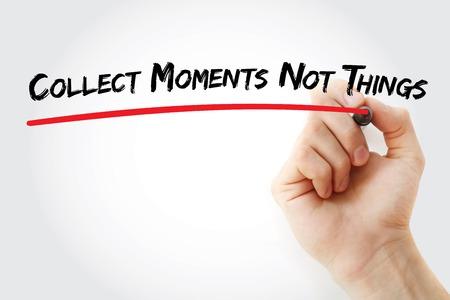 recoger: Escritura de la mano Recoger momentos no cosas con el marcador, el concepto de fondo