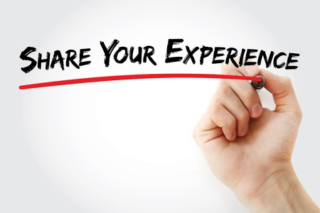 Main qui écrit Partager votre expérience avec le marqueur, fond concept