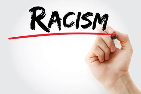 racismo: Escritura de la mano con marcador racismo, el concepto de fondo