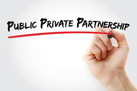 Main qui écrit partenariat public-privé avec marqueur, fond concept Banque d'images - 65359528